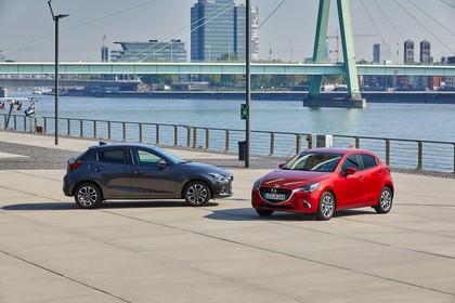 Mazda 2 DJ Aussenansicht Seite Front schräg statisch grau rot