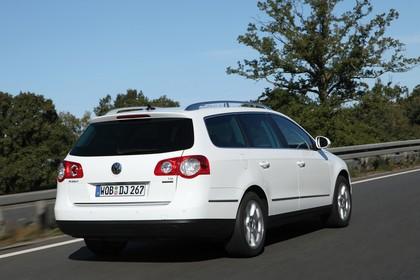 VW Passat Variant B6 Aussenansicht Heck schräg dynamisch weiss