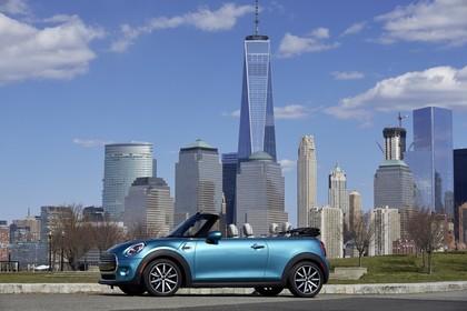 Mini Cabrio F57 Aussenansicht Seite statisch blau