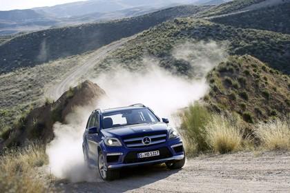 Mercedes Benz GL-Klasse Aussenansicht Front schräg dynamisch blau