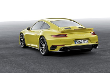 Porsche 911 Turbo S 991.2 Aussenansicht Heck schräg statisch Studio gelb