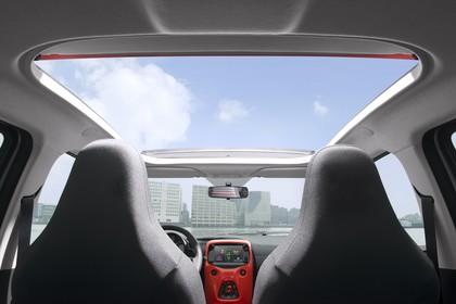 Citroën C1 P Innenansicht statisch Vordersitze Mittelkonsole und Panoramadach